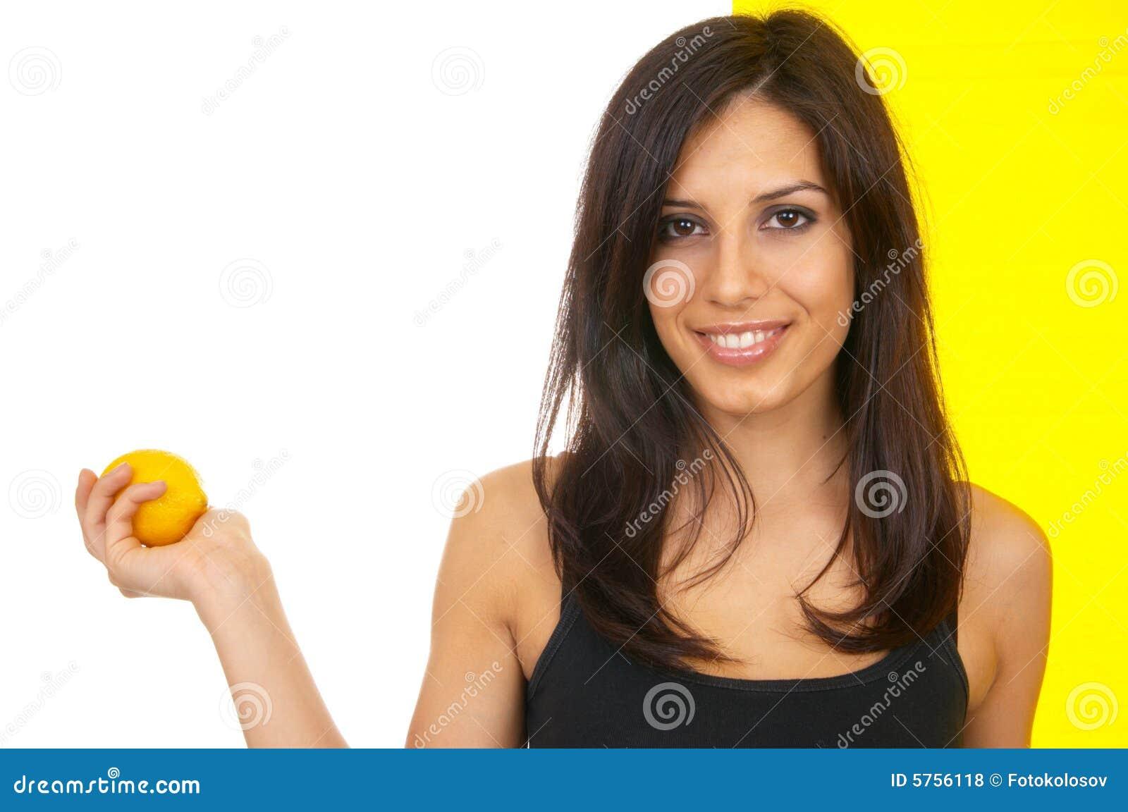 Das Mädchen mit einer Zitrone