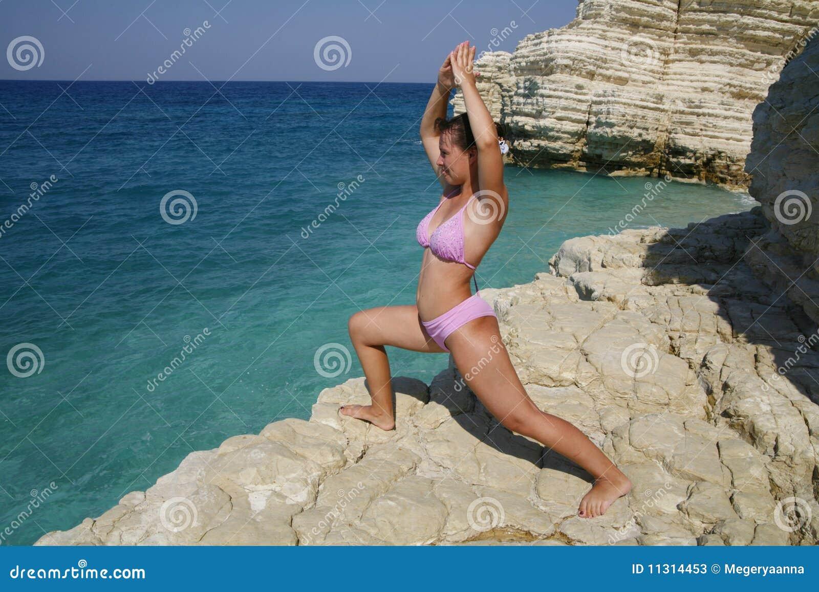 Das Mädchen nimmt an Yoga teil