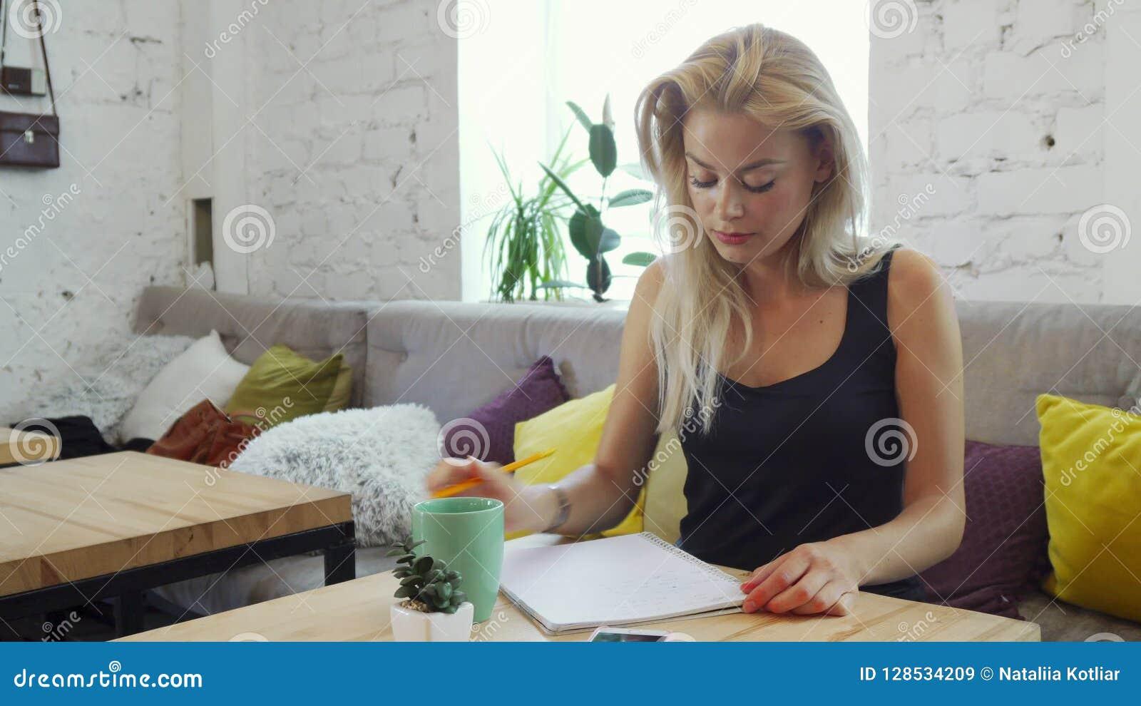 Das Mädchen schreibt einen Brief
