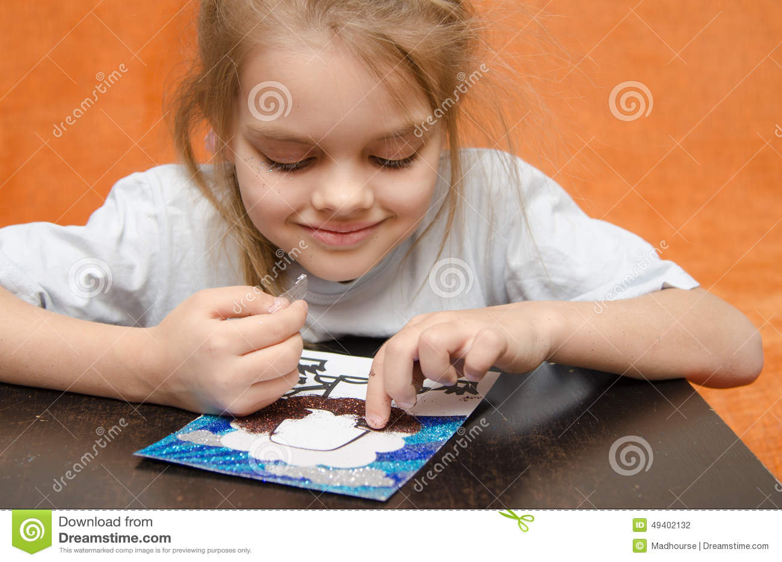 Download Das Mädchen Am Tisch, Der Sandapplikation Spielt Stockfoto - Bild von original, fünf: 49402132