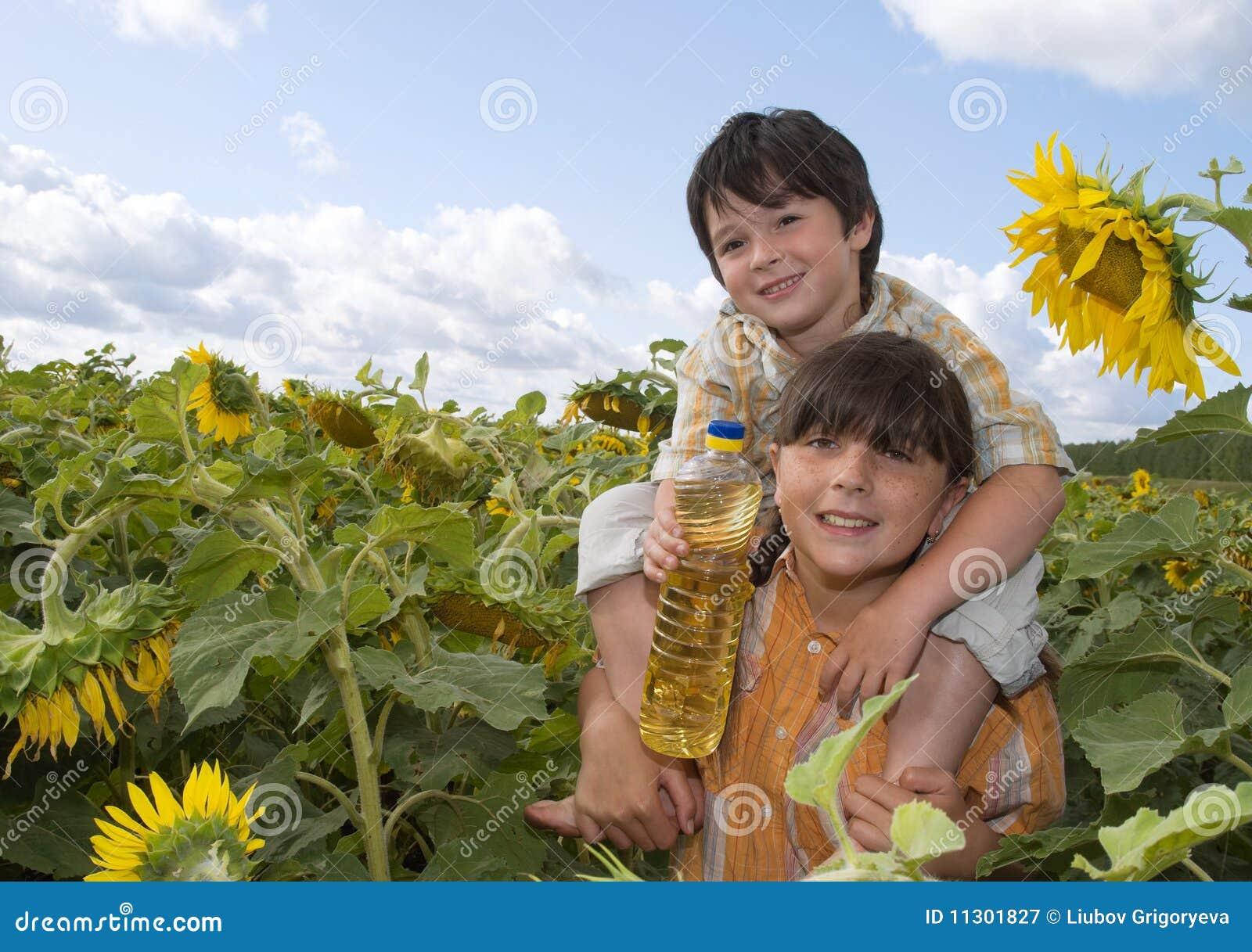 Das Mädchen und der Junge mit Sonnenblume