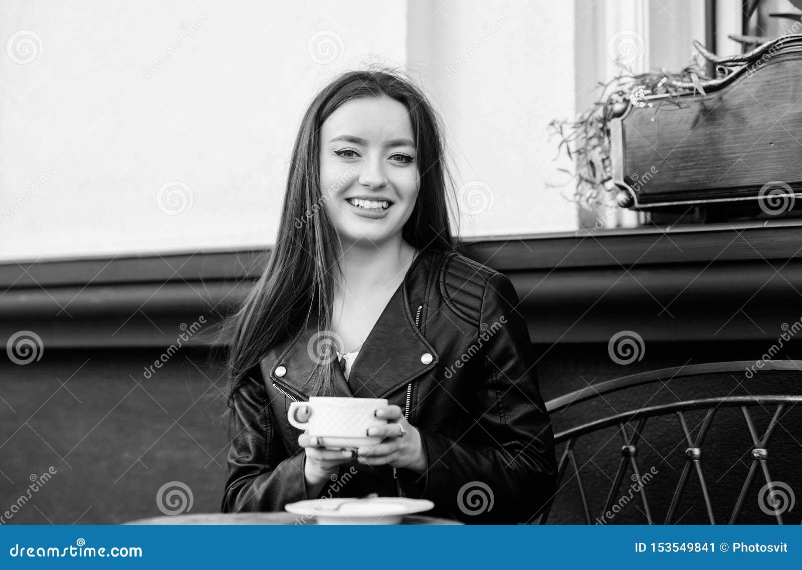 Das M?dchen in einem wei?en Hausmantel mit einem Tasse Kaffee Wartedatum Guten Morgen Fr?hst?ckszeit M?dchen entspannen sich im C