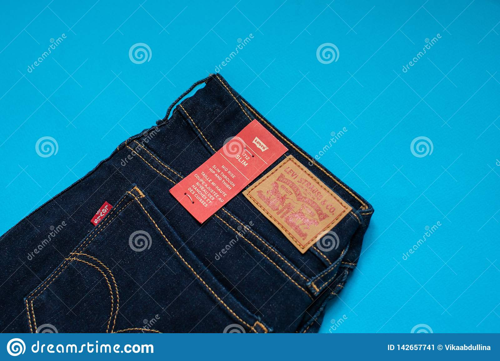 Das Modell 712 der Levi s-Denim-Jeans-Frauen dünn mit Markenetiketts