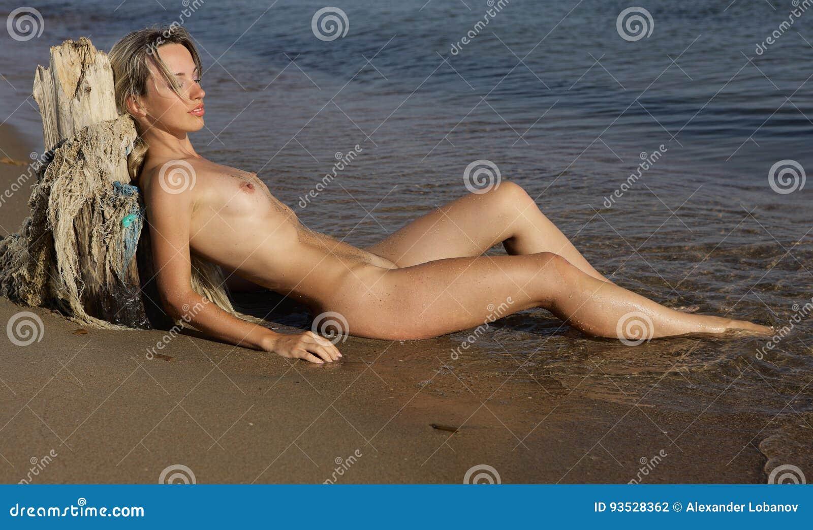 Das Nackte Mädchen Auf Dem Strand Stockfoto Bild Von Hinter