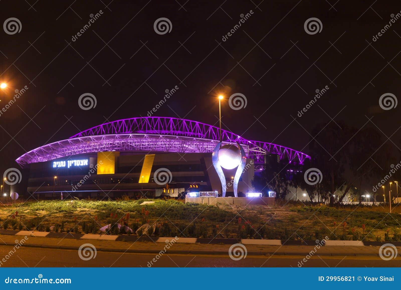Das neue Natanya Fußballstadion belichtet nachts
