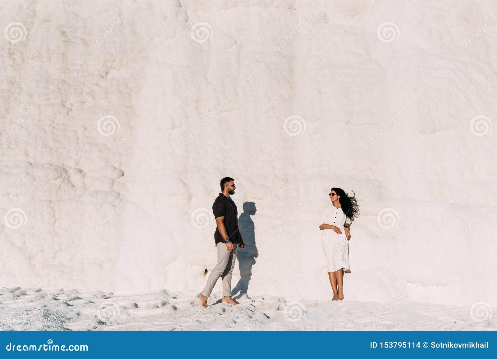 Das Paar reist zu den malerischen Orten von der Türkei Mann und Frau bei Sonnenuntergang Stilvolle Paare in der Liebe Ein Paar in