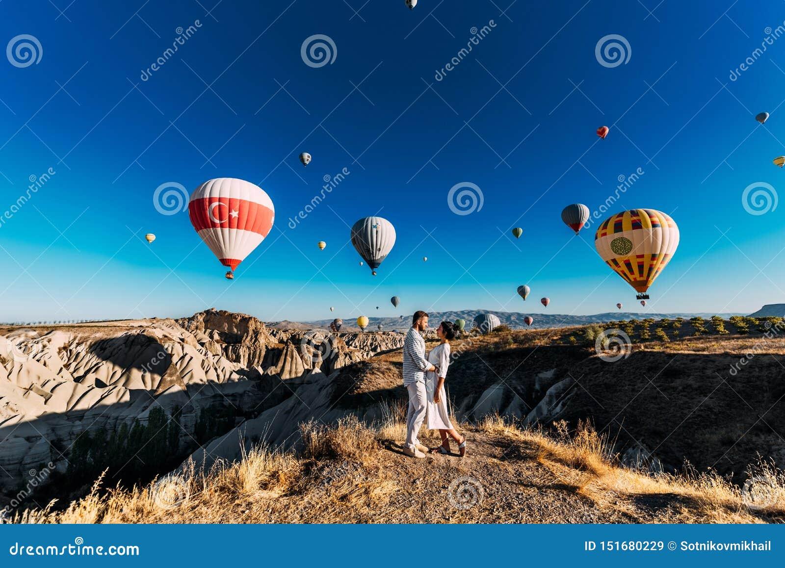 Das Paar trifft die Dämmerung Der Mann schlug zum Mädchen vor Familienreise in die Türkei Verbinden Sie am Ballonfestival Paar re