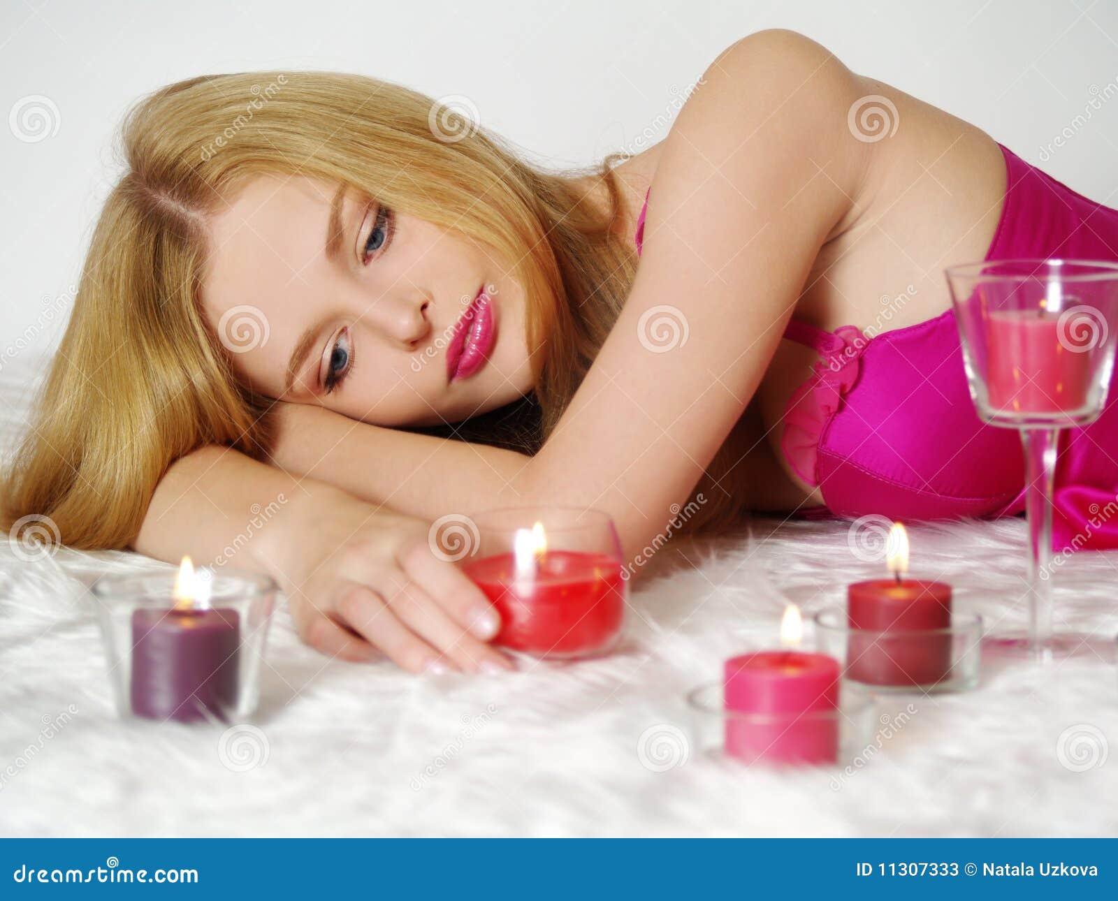 Das romantische Mädchen mit Kerzen