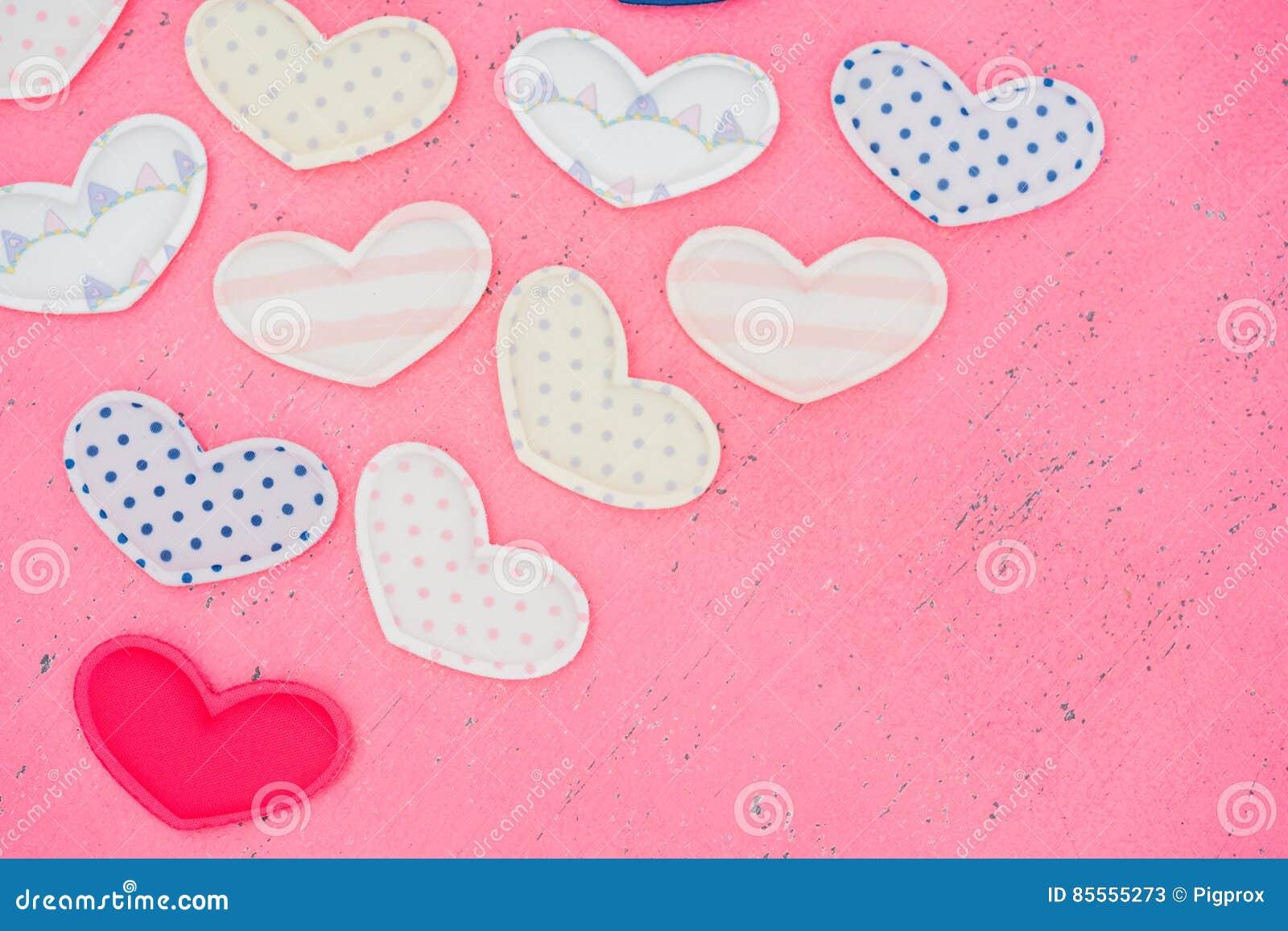 Das Rot Herz formt auf einen Holztisch auf Hintergrund