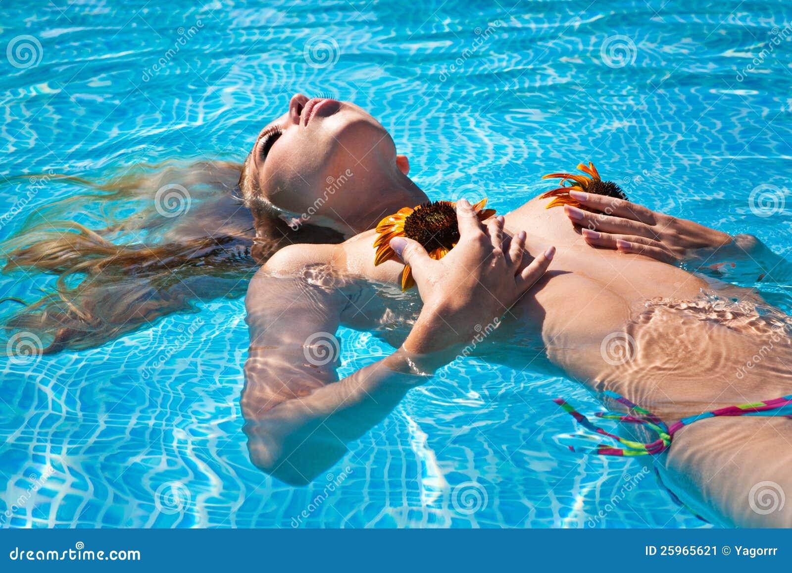 Das schöne Mädchen im Pool