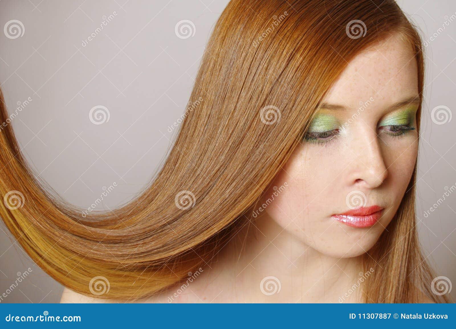Das schöne Mädchen mit dem langen roten Haar
