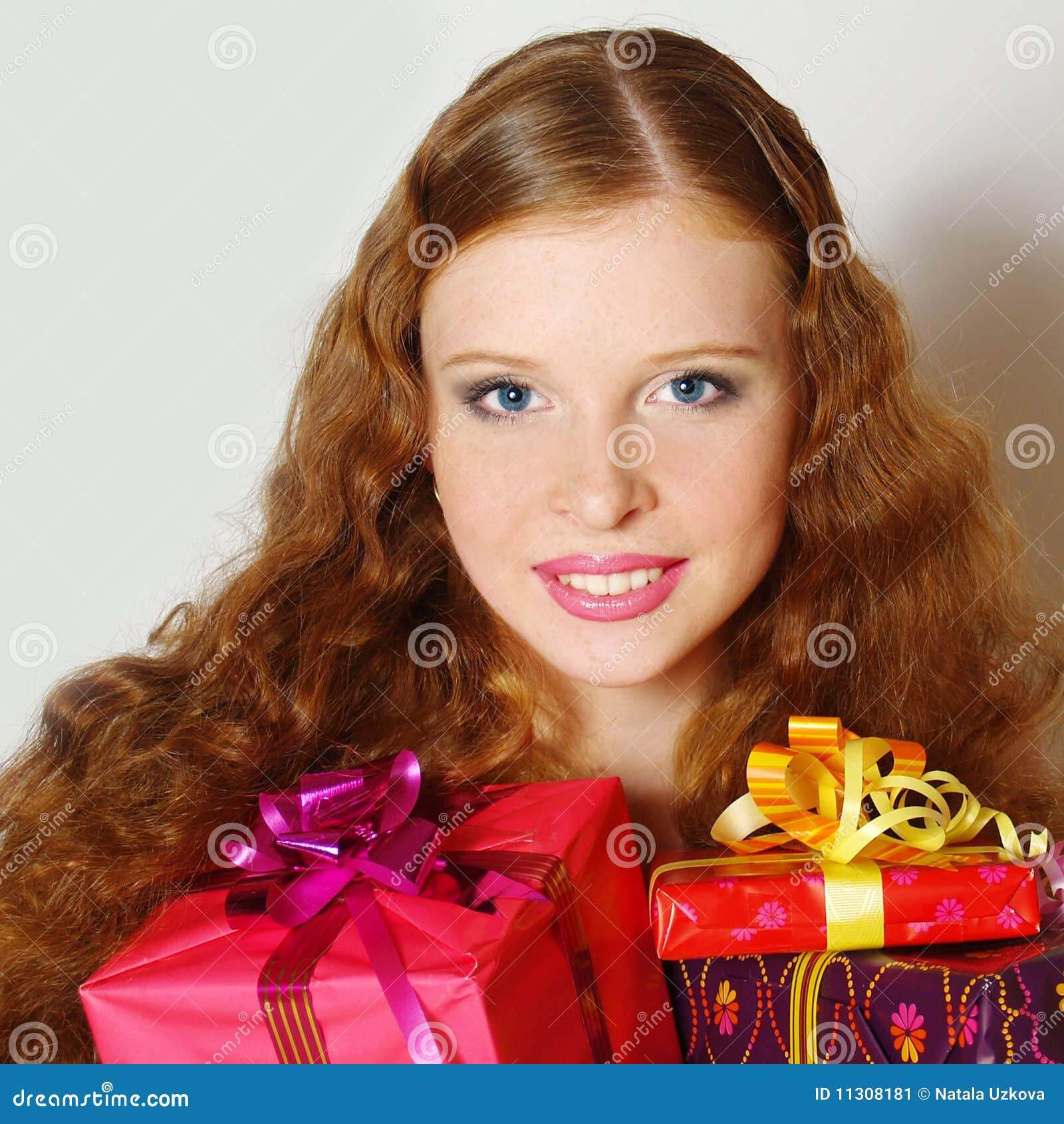 Das schöne Mädchen mit einem Geschenk