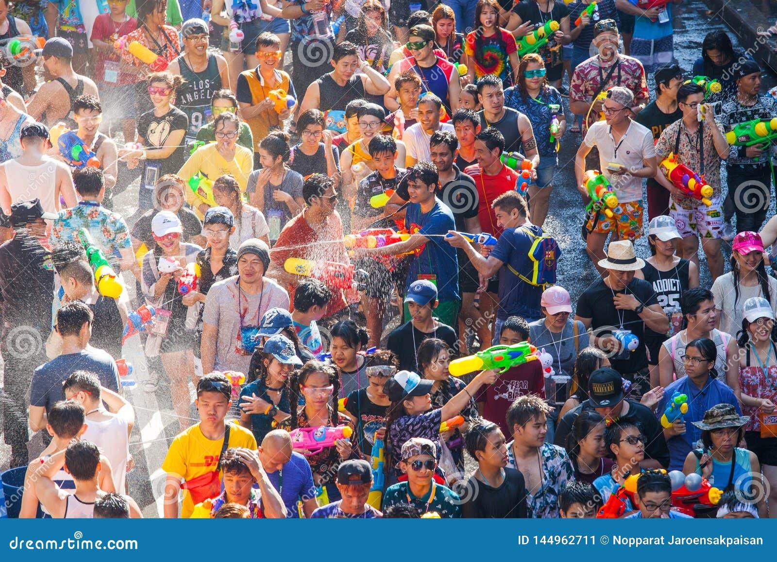 Das Songkran-Festival in Silom, Bangkok Feiern Sie thail?ndisches traditionelles neues Jahr