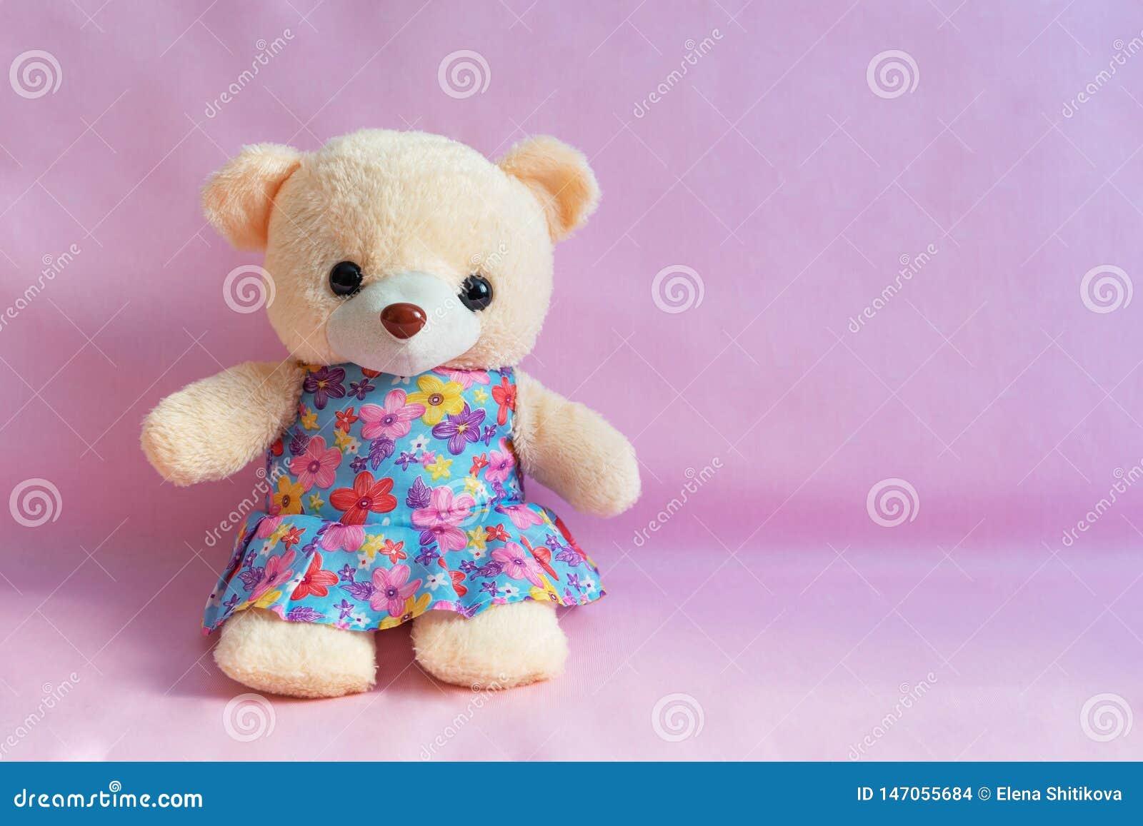 Das Spielzeug der Kinder betreffen einen rosa Hintergrund