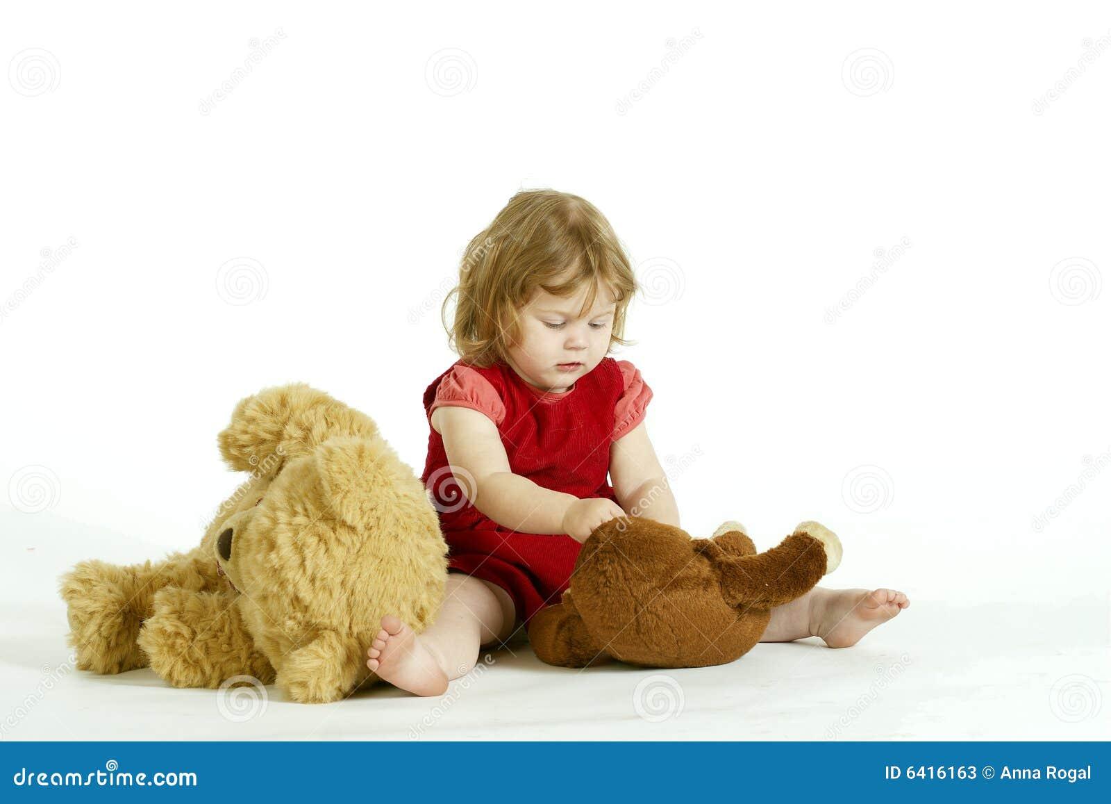 Das starke kleine Mädchen, das mit Plüsch zu spielt