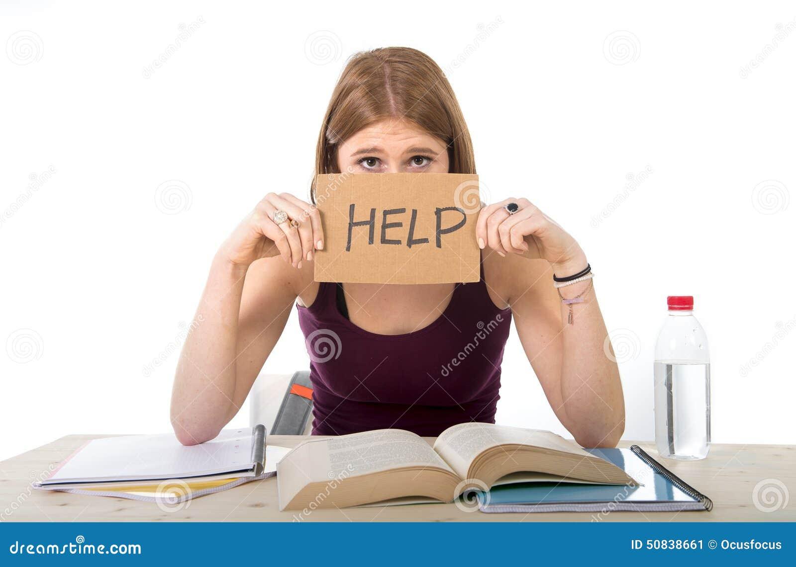 Das Studentmädchen, das für Hochschulprüfung studiert, sorgte sich im Druck, der um Hilfe bittet