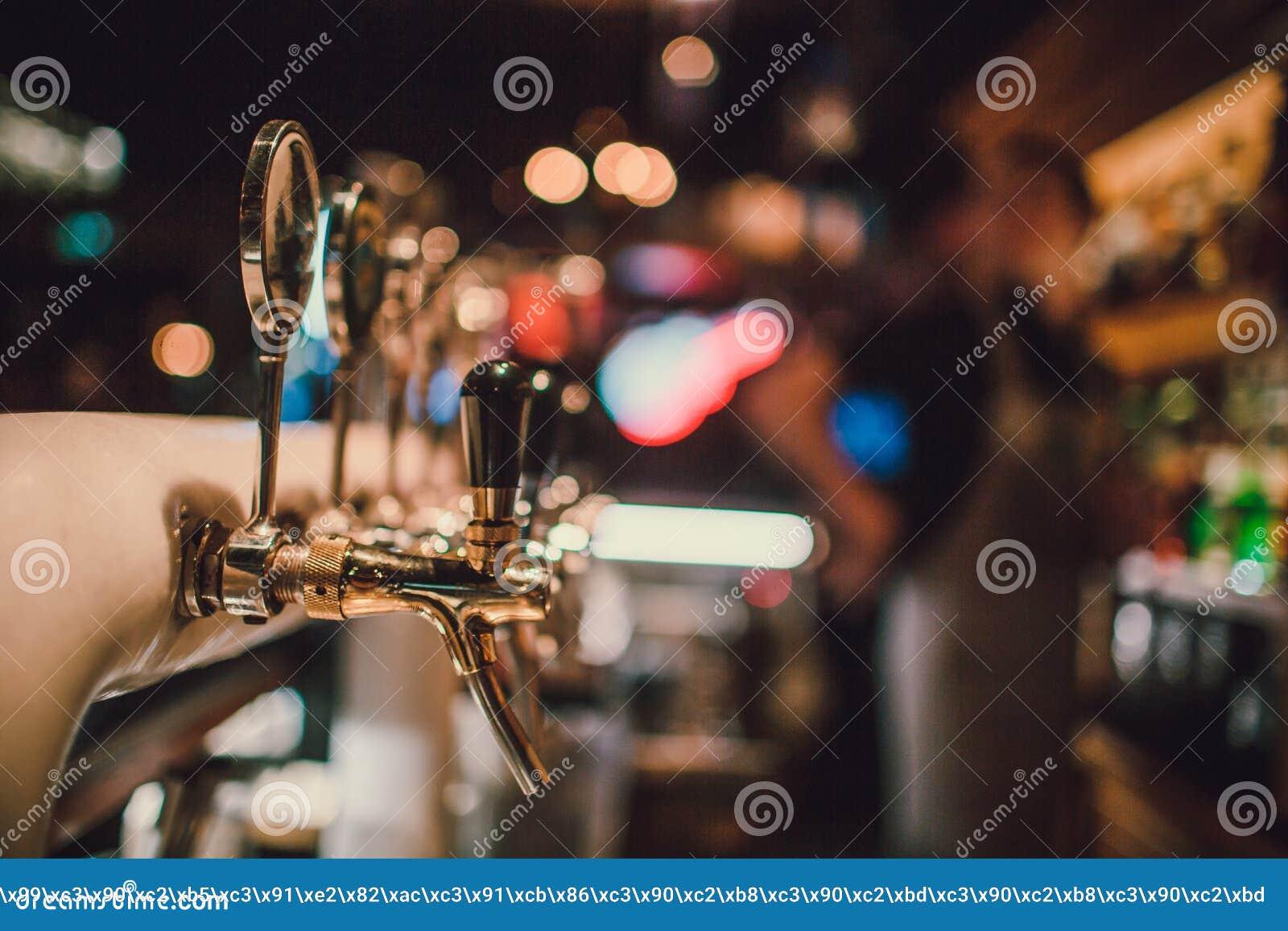 Das System des abfüllenden Bieres auf dem Tisch der Kunden in der Brauerei