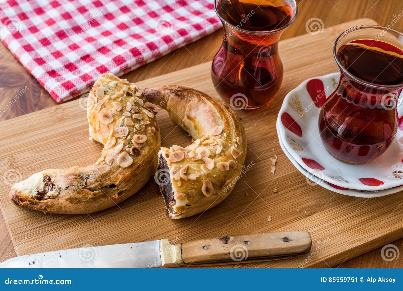 Das Türkische-Ay-coregi und -tee/-hörnchen mit Schokoladenkakao und -rosine