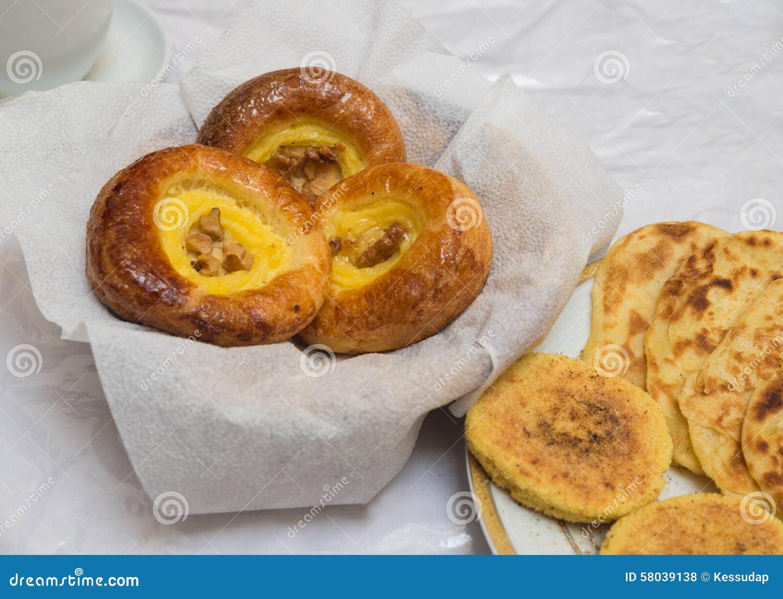 Das traditionelle arabische Frühstück mischte mit Westlebensmittel