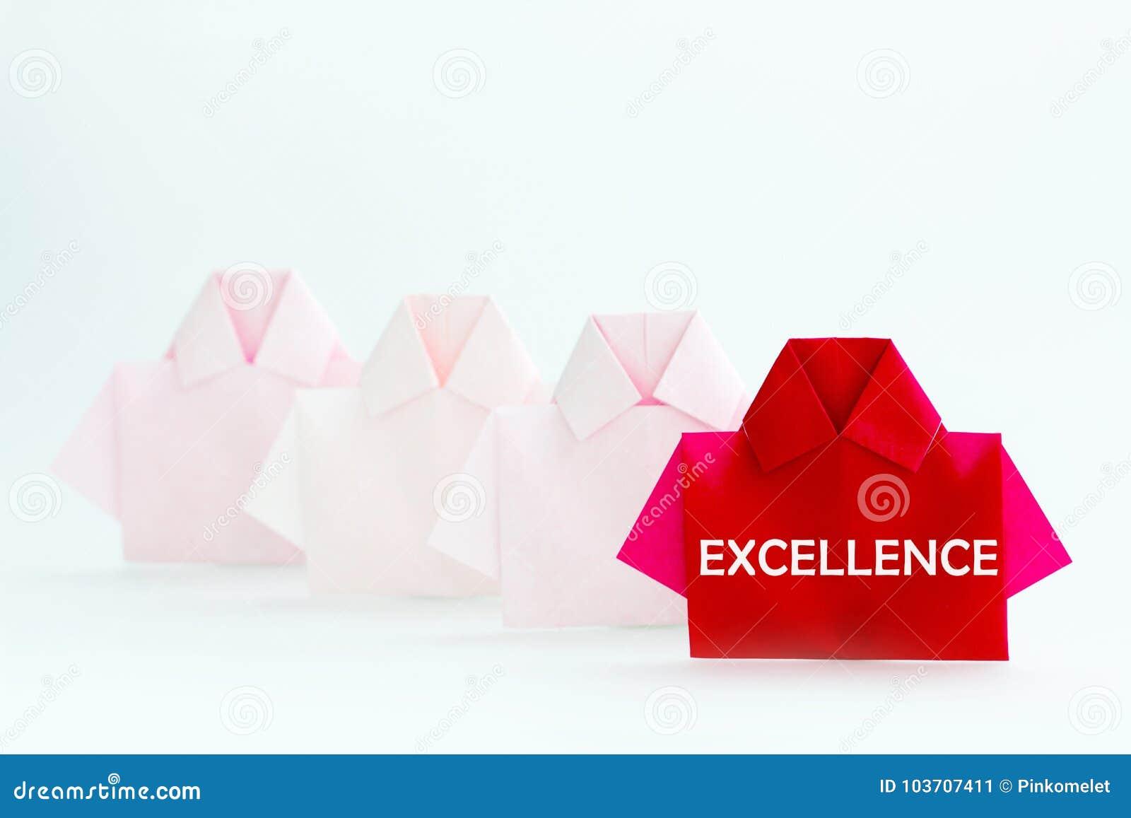 Das Wort der HERVORRAGENDEN LEISTUNG auf einem Rot unter weißem Origamihemdpapier,
