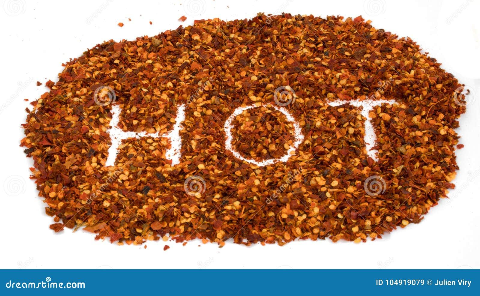 Das Wort, das heiß ist, schreiben in die getrockneten Pfefferzerstampfungen des roten Paprikas, die auf whi lokalisiert werden
