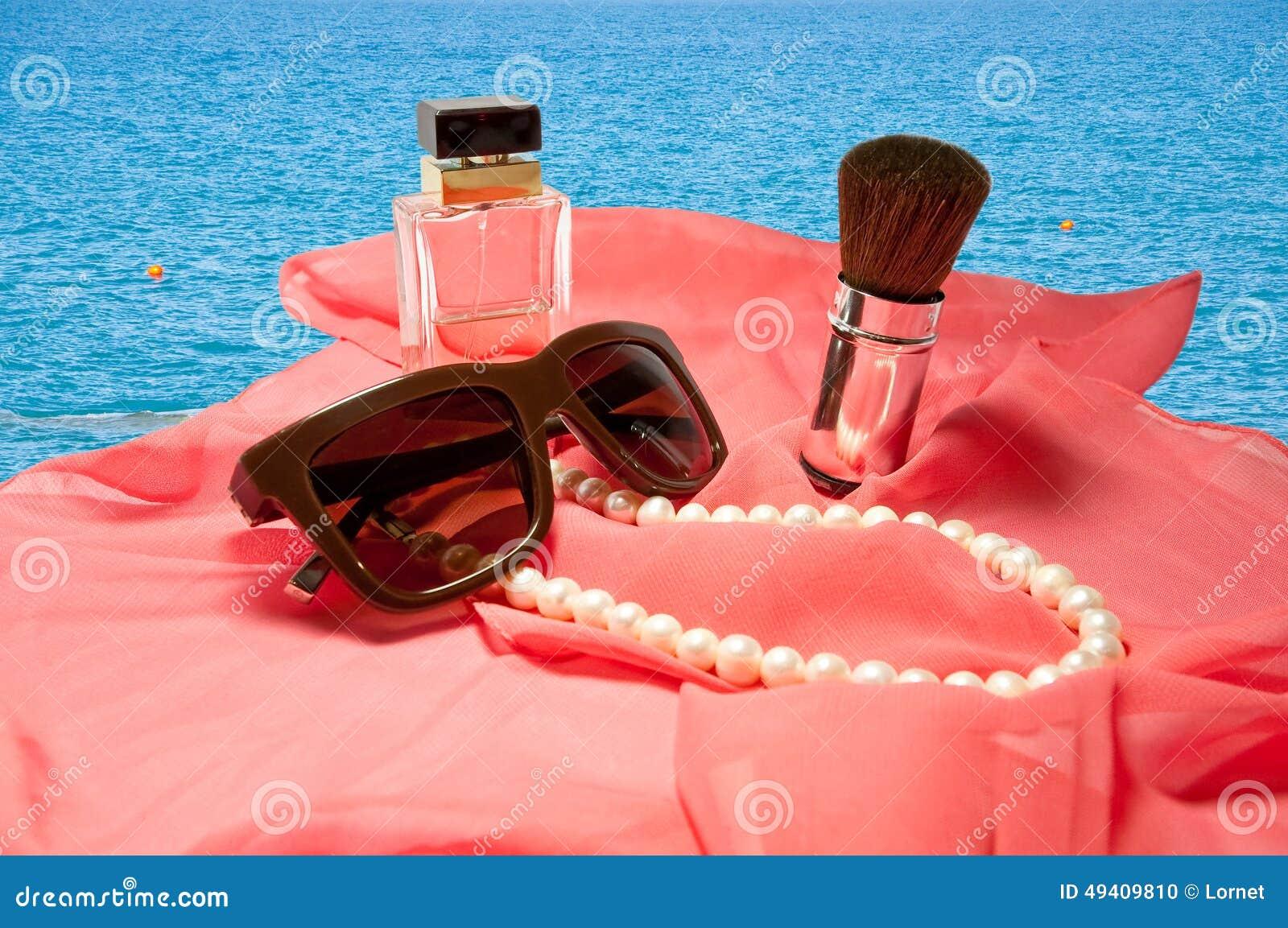Download Das Zubehör Der Frauen Lokalisiert Auf Seehintergrund Stockfoto - Bild von attraktiv, flasche: 49409810