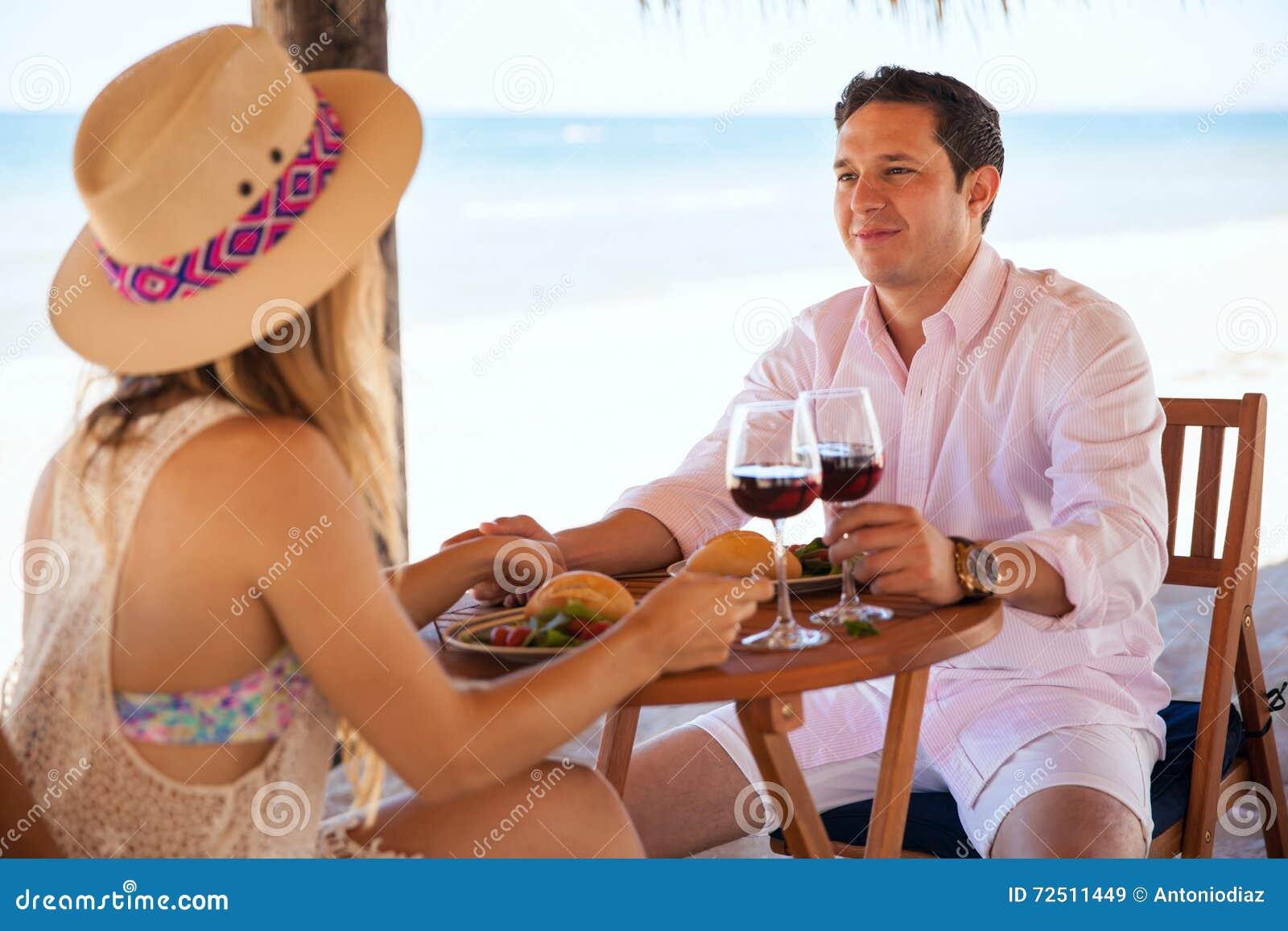 Data con la sua amica alla spiaggia