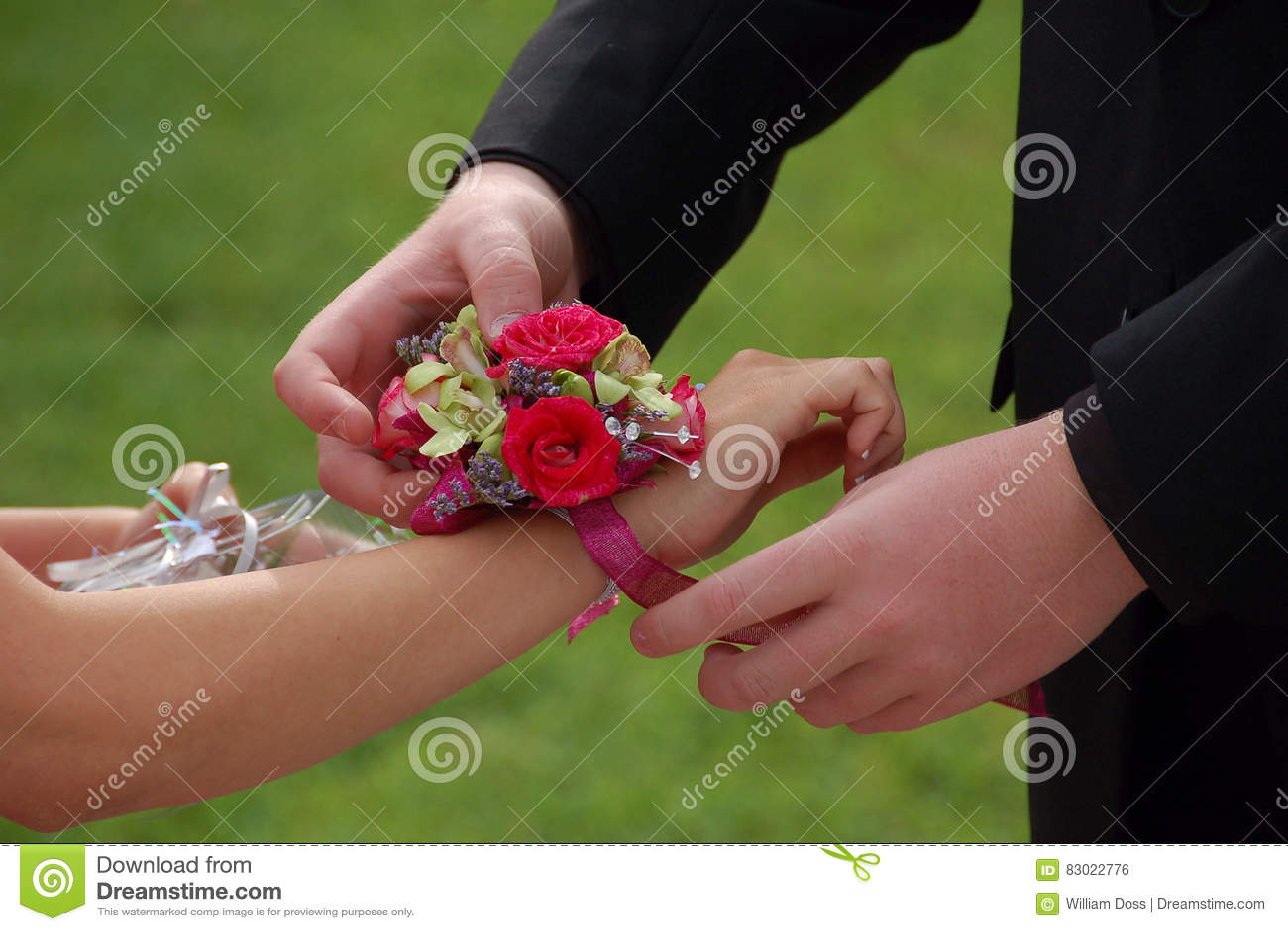 A data do baile de finalistas desliza no corpete do pulso