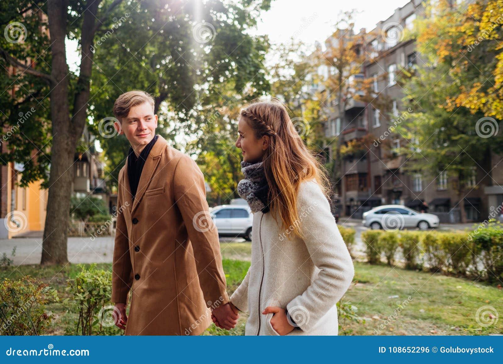 Data romântica dos adultos novos feliz junto