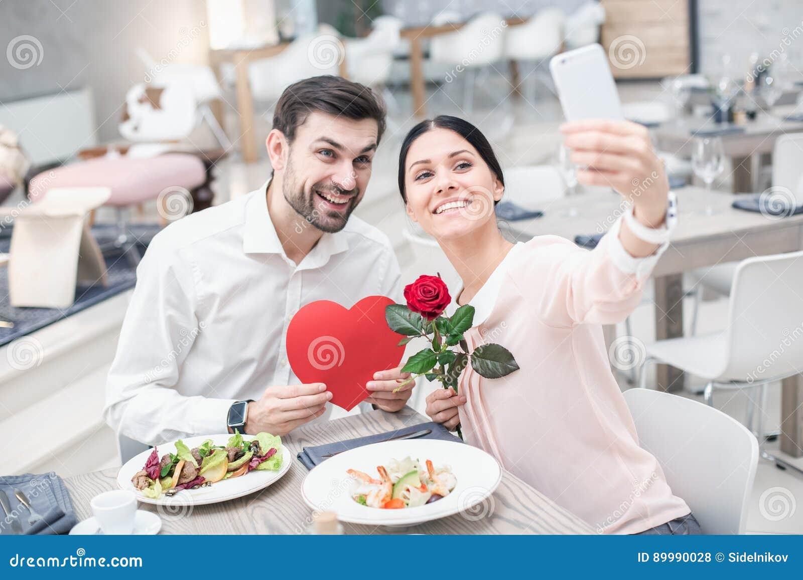 Data romântica no restaurante luxuoso