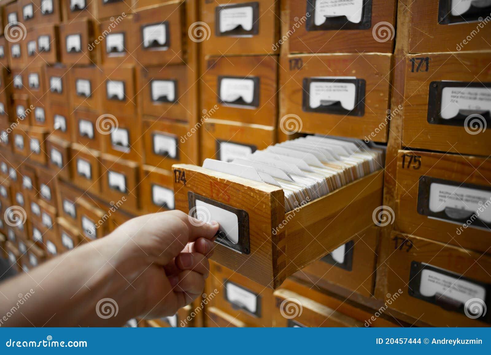 Концепция базы данных. винтаж кабинета. человеческая рука от.