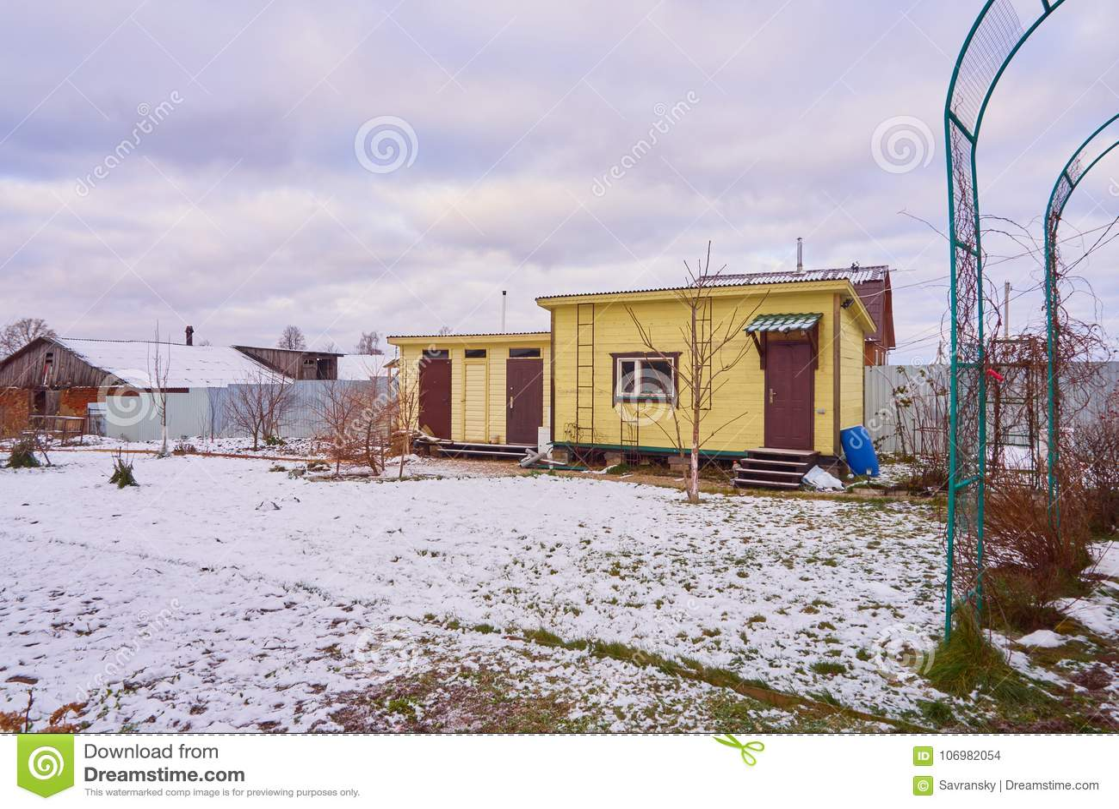 datcha en bois de maison de pays russe photo stock image du pays village 106982054. Black Bedroom Furniture Sets. Home Design Ideas