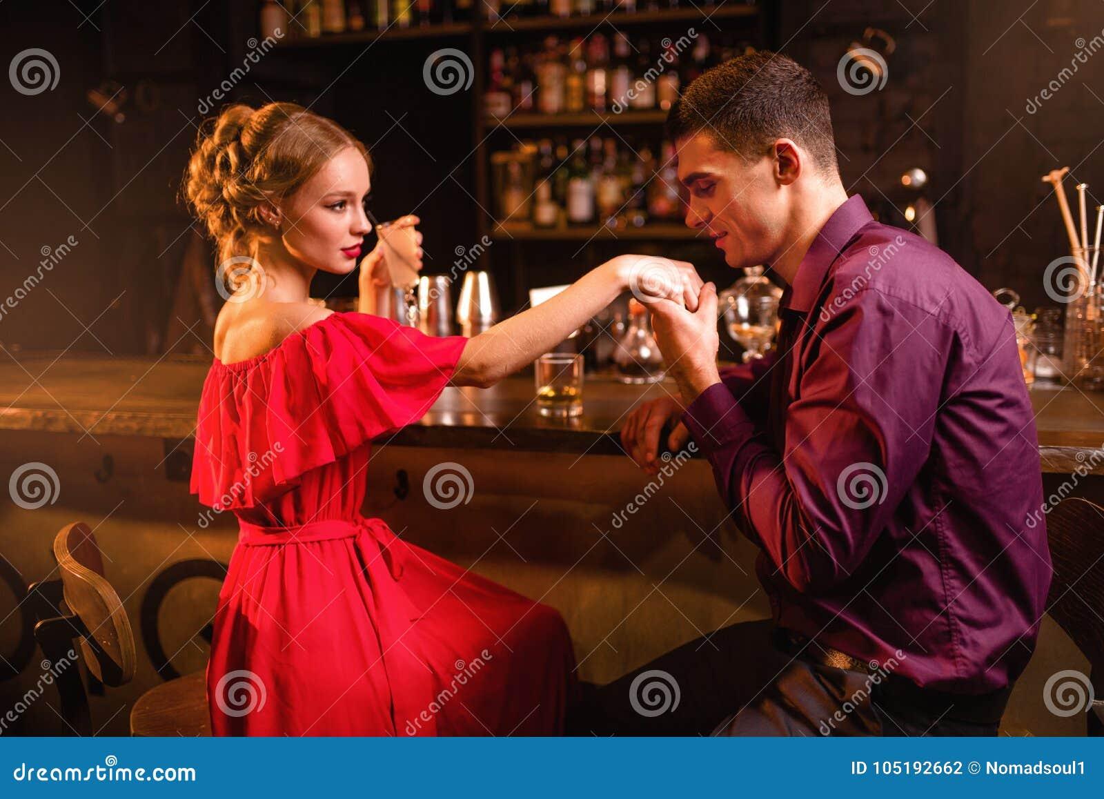 Date romantique dans le restaurant, la femme flirte avec l homme