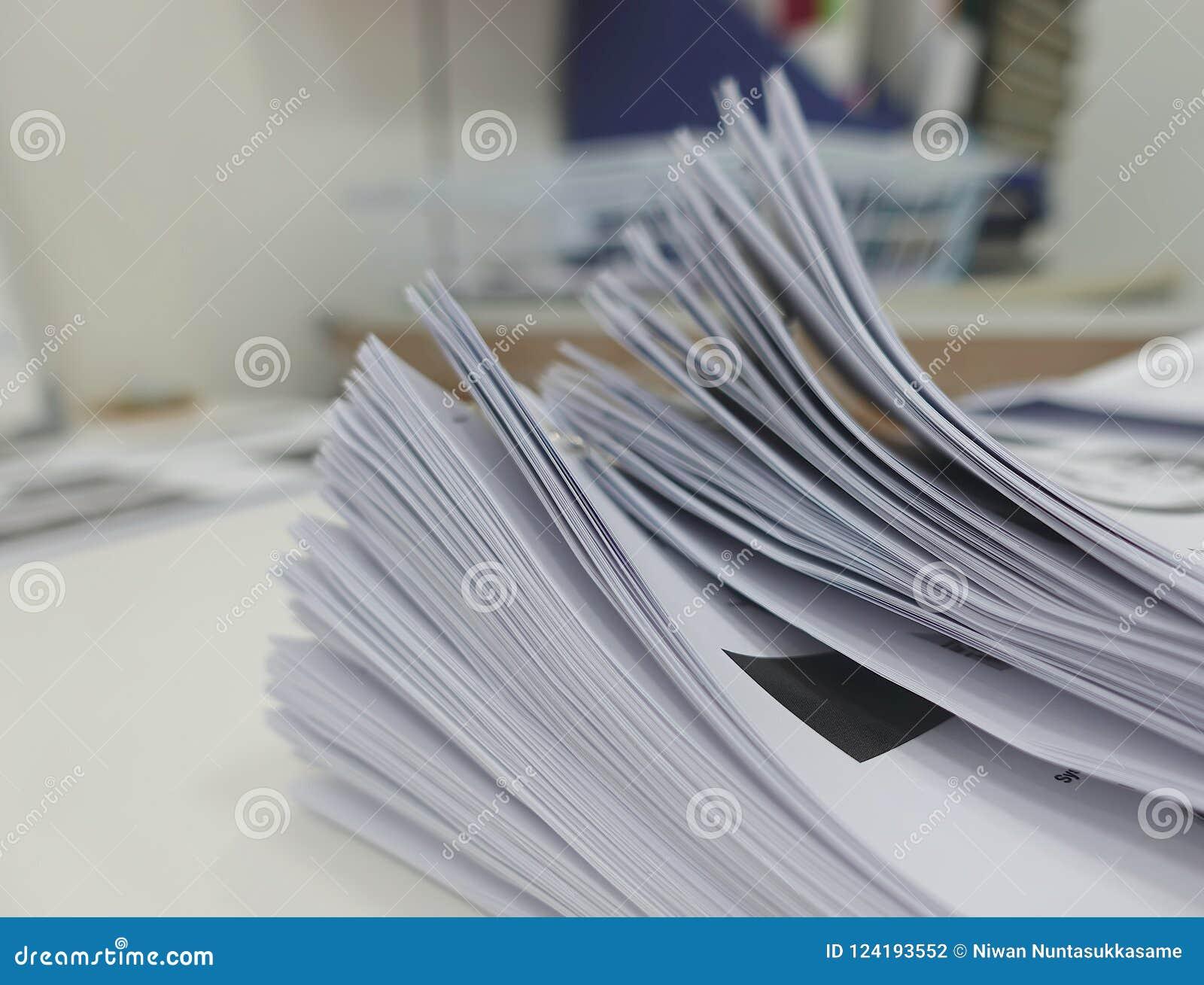 Datei des Geschäftsberichtes über Schreibtisch