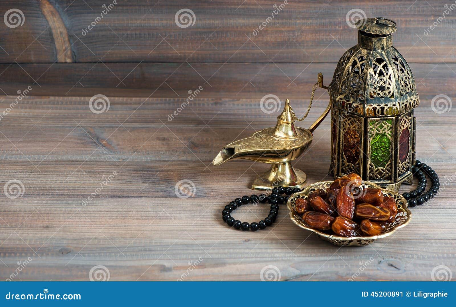 Daten, arabische Laterne und Rosenbeet Islamischer Feiertag