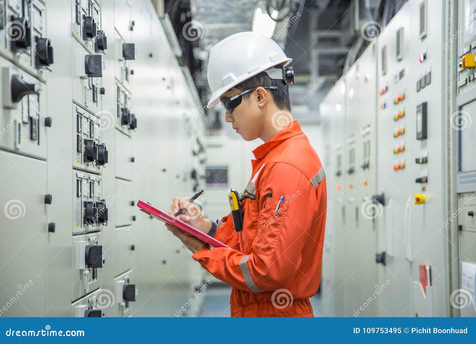 Dati dello strumento ed elettrici del tecnico della registrazione nella stanza elettrica del commutatore