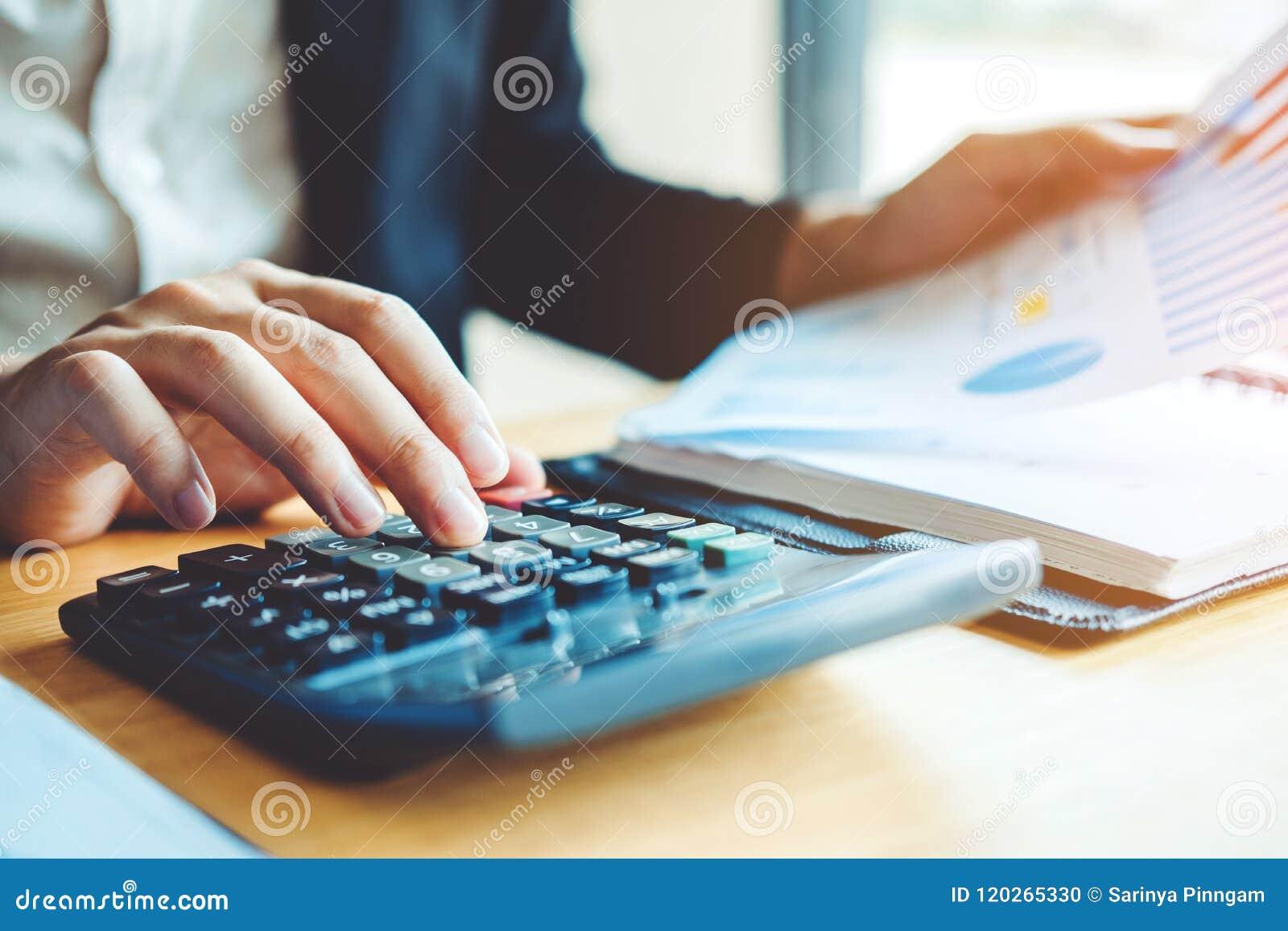 Dati finanziari economici di costo calcolatore di contabilità dell uomo di affari