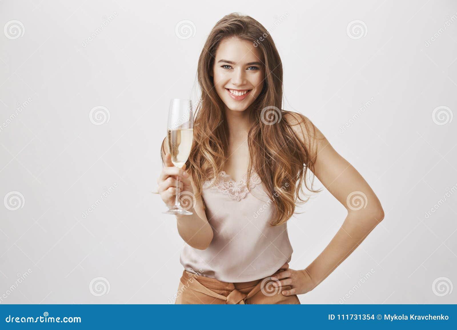 Datieren Sie Sie, um mir allen Ihren Geheimnissen zu sagen Porträt der herrlichen kaukasischen Frau mit dem Glas Champagner Hand