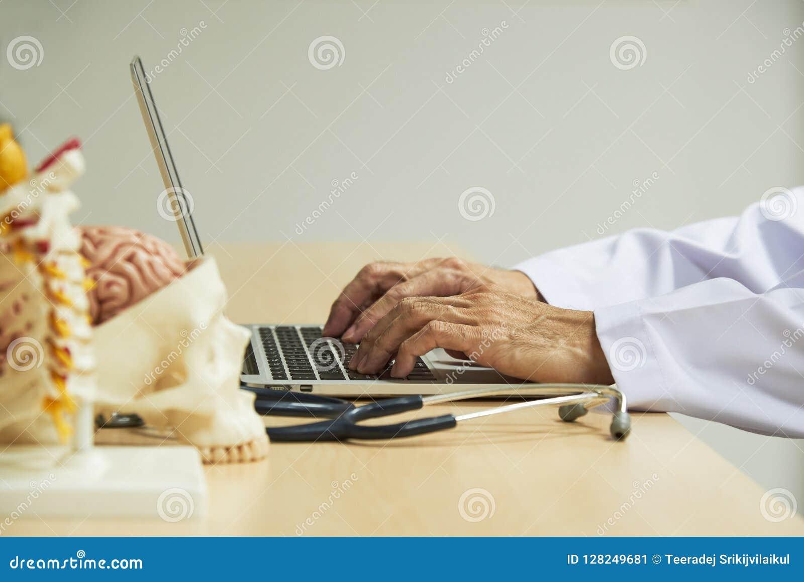 Dator för doktorsmaskinskrivningbärbar dator på skrivbordet