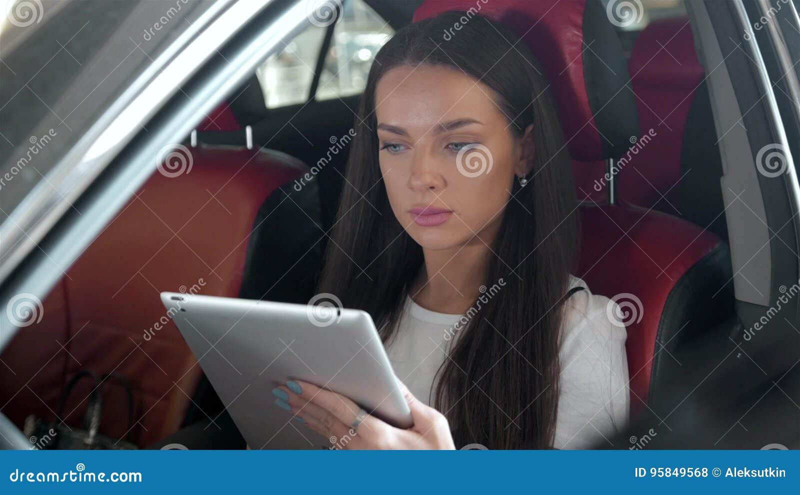 Dator för minnestavla för handlag för bil för attraktivt utövande kvinnligt chefarbete lyxig