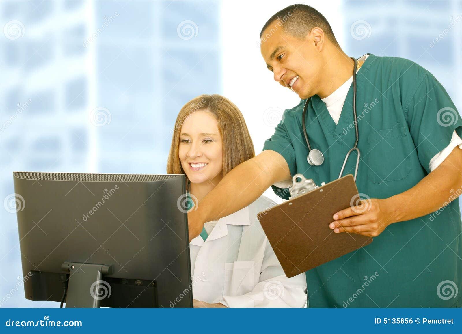 Datordoktorssjuksköterska som pekar skärmen till