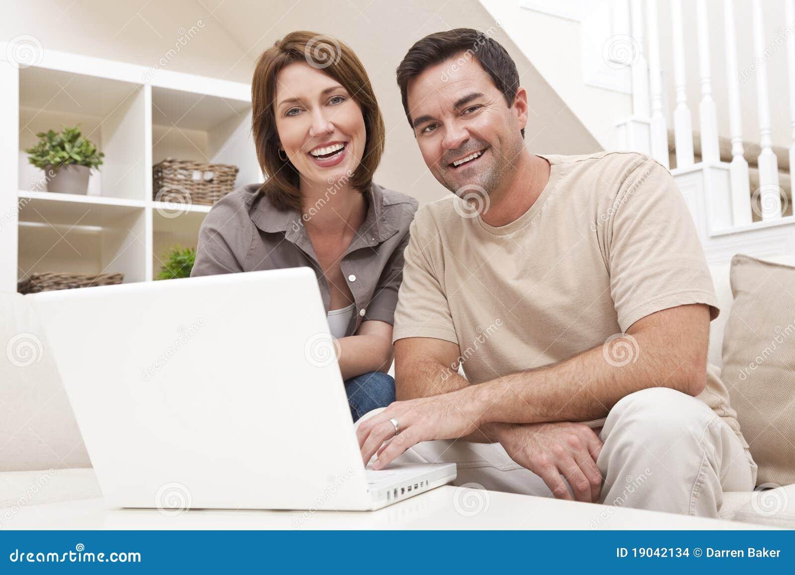 Datorpar returnerar bärbar datormannen som använder kvinnan