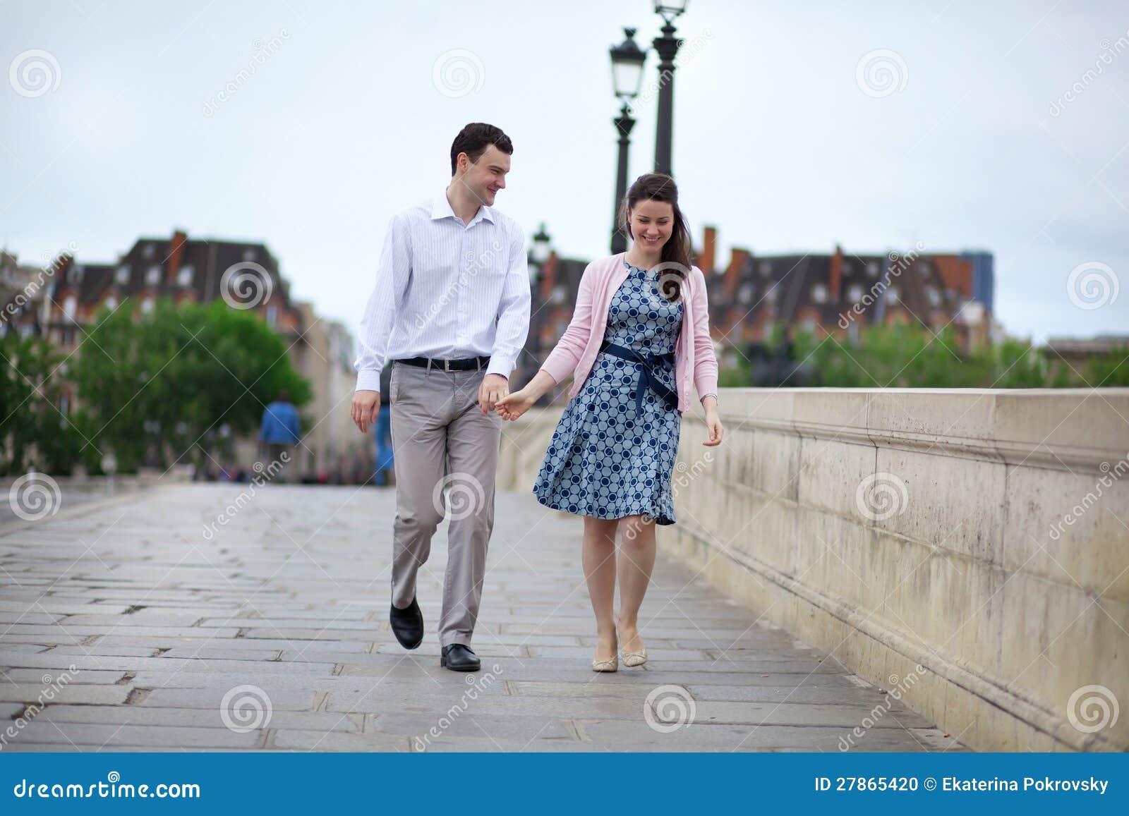 Datujący pary w Paryskim odprowadzeniu ręka w rękę