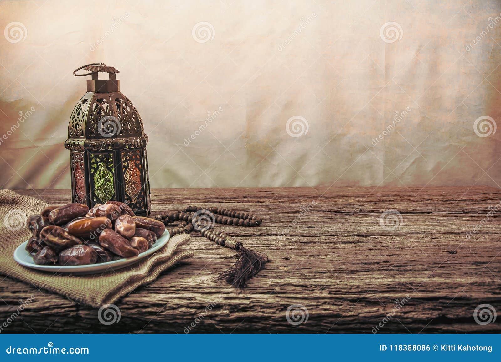 Datumet gömma i handflatan frukt eller kurmaen, ramadan mat, bildtappningstil