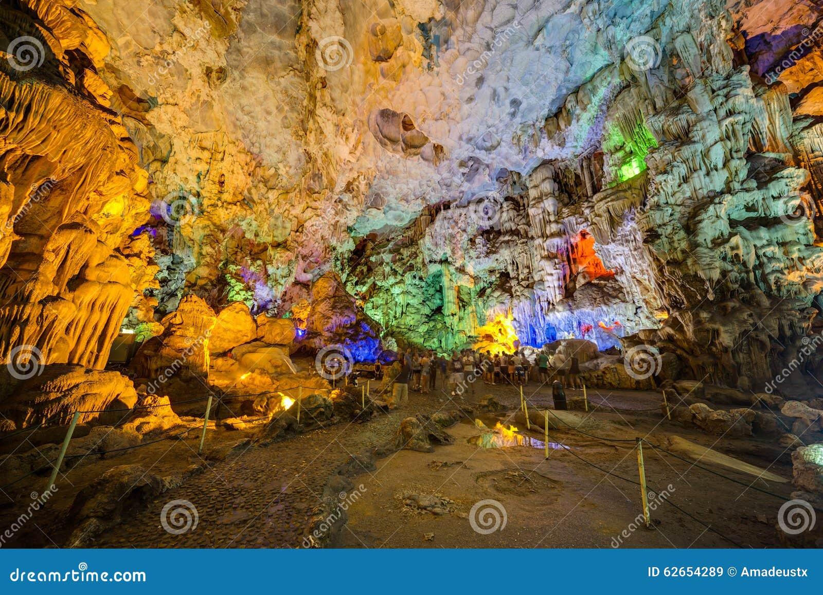 DAU GEHEN HÖHLE, VIETNAM - CIRCA IM AUGUST 2015: Bunte Beleuchtung in Dau gehen Höhle in Halong-Bucht, Vietnam