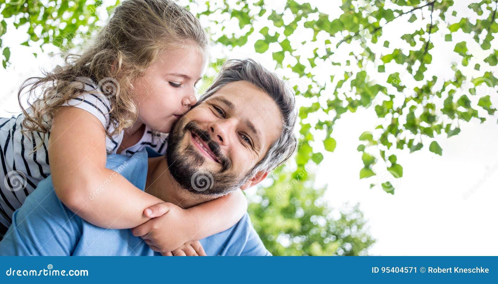 Daugther dà al padre un bacio