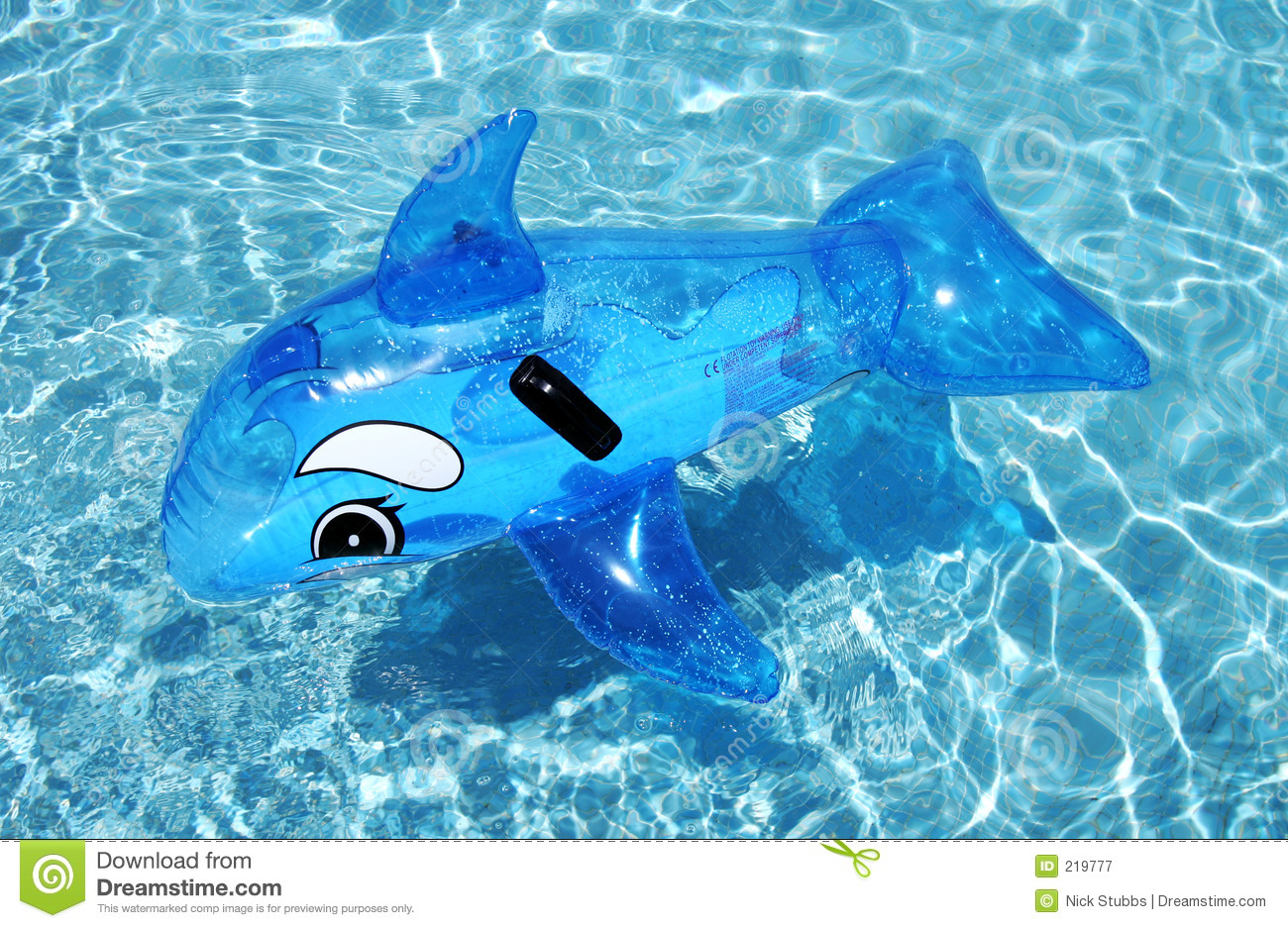 Dauphin gonflable sur la piscine bleue photographie stock for Animaux gonflable piscine