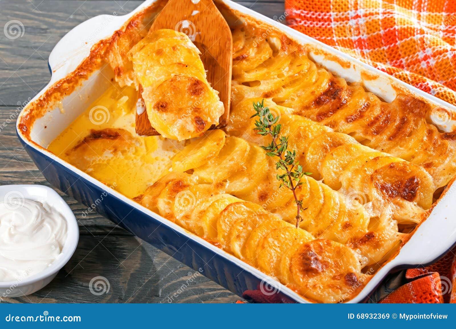 Dauphinois alla griglia, patate al forno in un piatto di cottura, primo piano