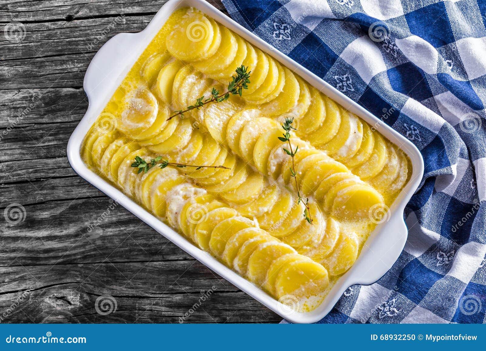 Dauphinois alla griglia, patate al forno in un primo piano della pentola