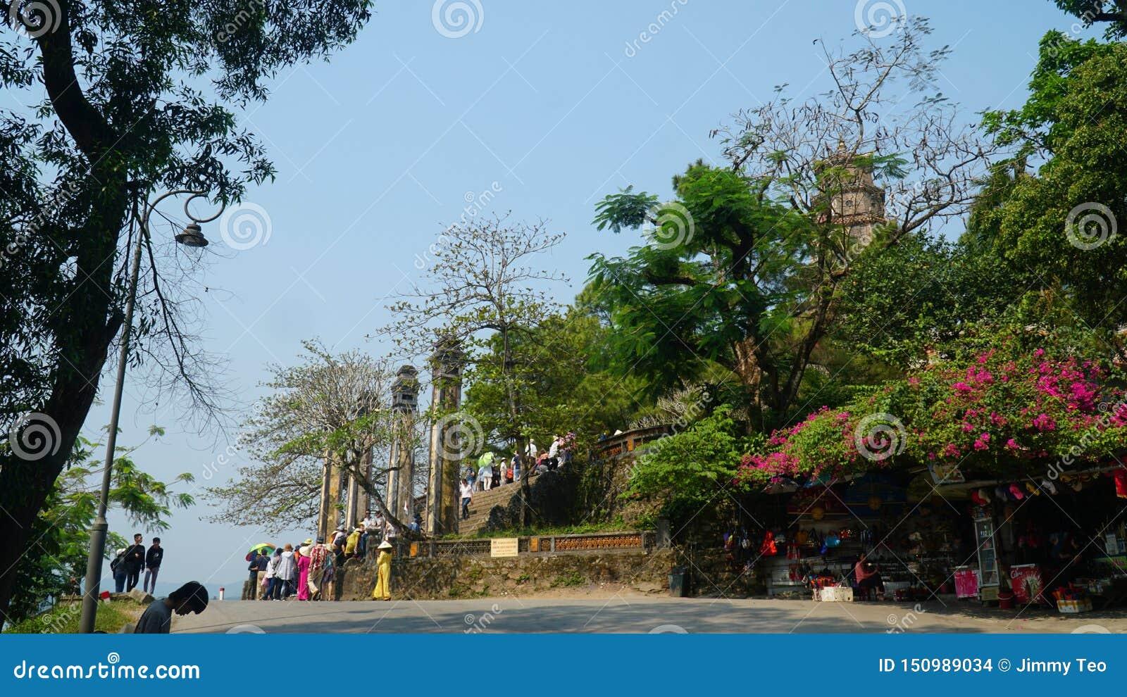 Davanti al portone della pagoda di Thien MU nella tonalità, il Vietnam